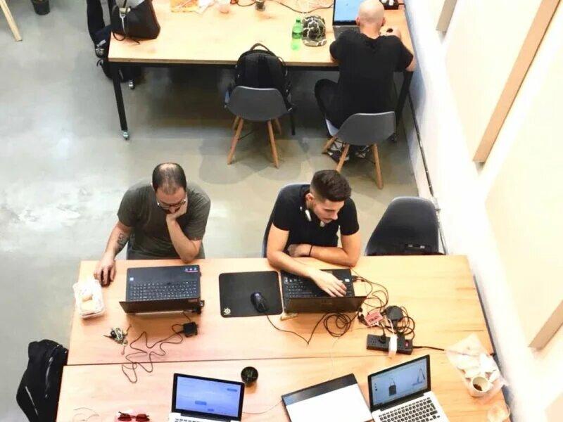 Emprendedores trabajando en espacio de coworking
