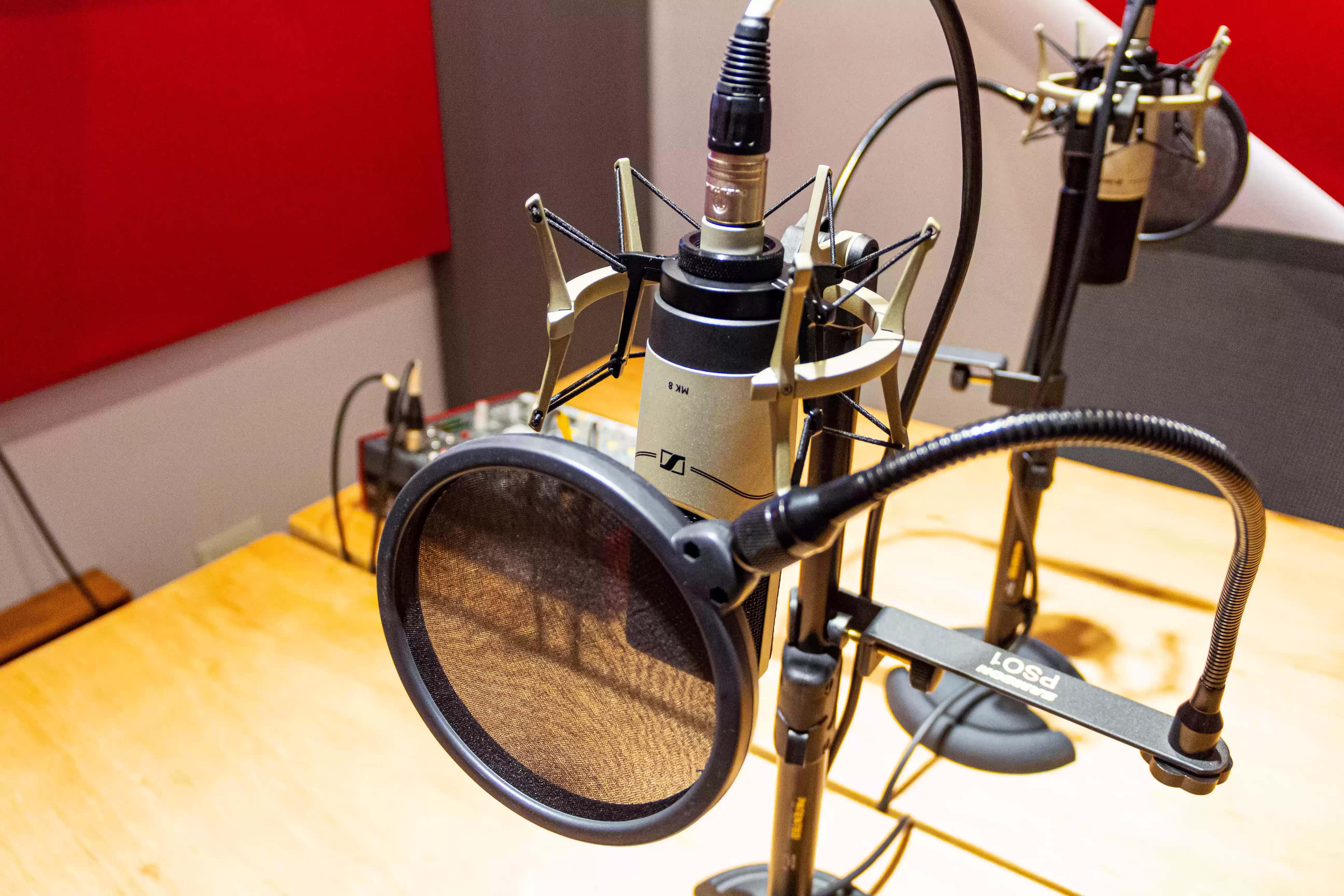 Estudio diseñado especialmente para podcasts, acondicionado acústicamente y equipados a full.