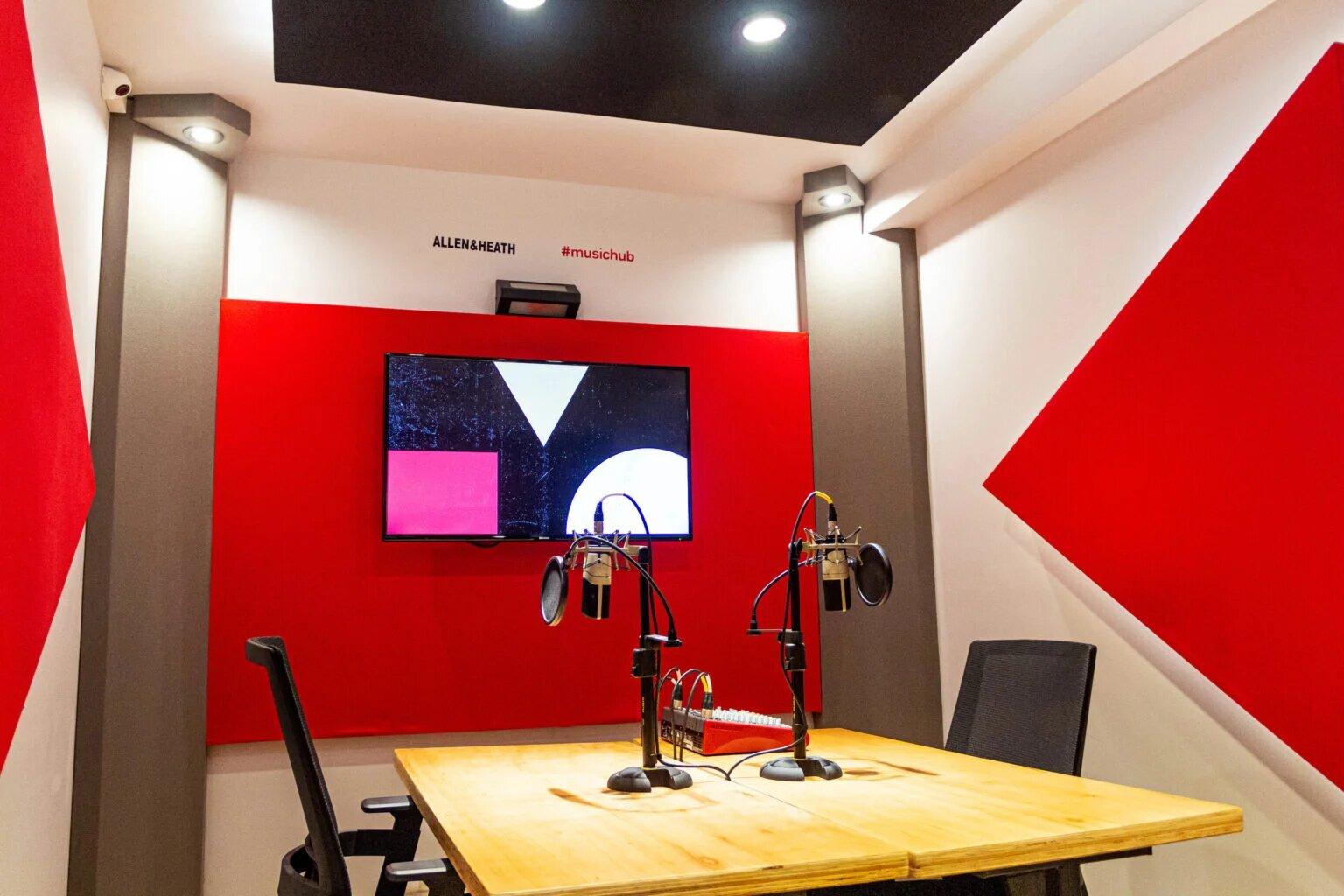 Estudio diseñado especialmente para podcasts, acondicionado acústicamente y equipados a full